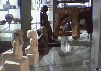 Вращающаяся статуэтка бога Осириса в музеи