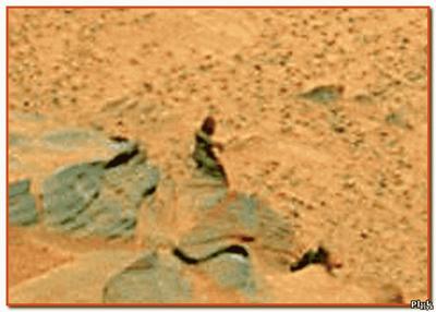 Существо похожие на обезьяну шагает по Марсу