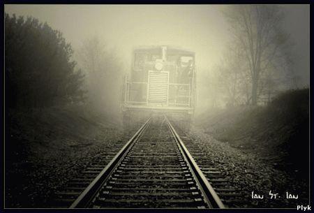 Поезд призрак путешествует во времени через кротовые норы. Думаю, поезд призрак попав в кротовую нору, путешествие во времени и пространстве