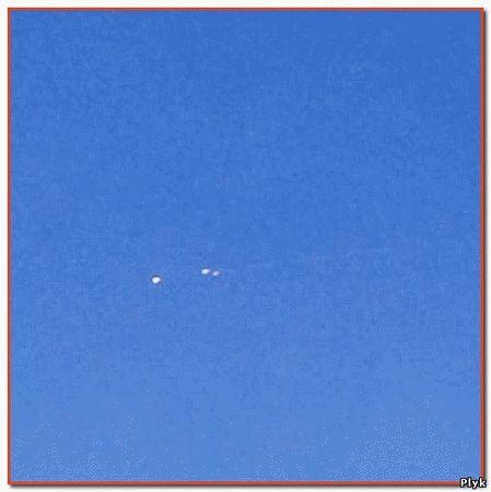 В небе над Китаем загорелись три НЛО завизжав они упали на землю напугав жителей. НЛО были серого цвета. НЛО