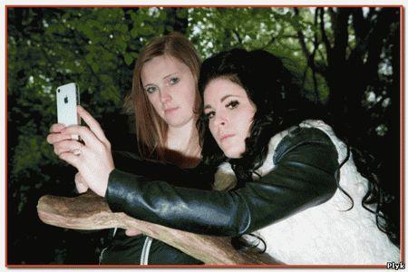 В лесу на отдыхе девушки встретили ведьму из Блэр и даже сфотографировали ее