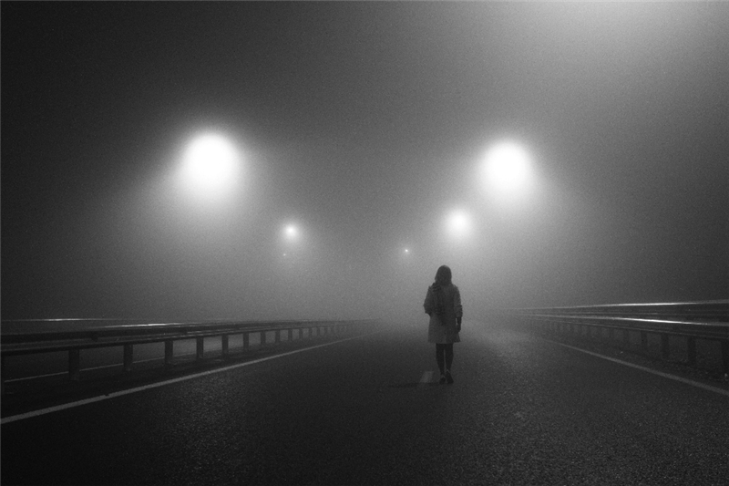 женщина на дороге